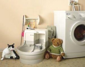 Самоубирающийся туалет для кошек в интерьере санузла